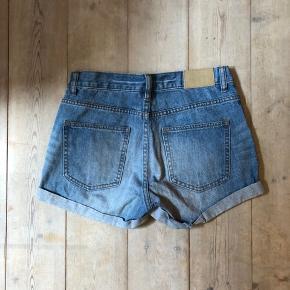 Denim shorts fra Monki i str. XS. Er som nye.   Kan blive dine for 50 kr  Hentes på Vesterbro eller sendes   Ved køb af flere ting gives mængderabat