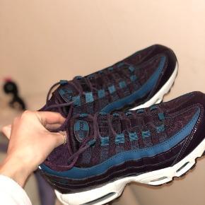 Jeg sælger de her lækre Nike Air Max 95 i nogle sprøde efterårs farver, som ikke kan fåes i Danmark💁🏽♀️  Str 38,5 - fitter lidt mindre også  Cond 9/10 - kun brugt 1-2 gange  Ny pris 1399,95kr  Følger æske og pose med🥳