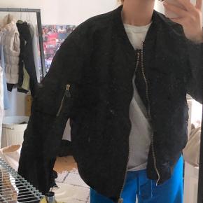 Bomberjakke💜 Minder lidt om muf10 jakken Svarer til en S/M💛  BYD BYD BYD