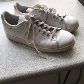 Adidas stan Smith i helt hvid. Str 40 2/3  Måler 25,5 cm. Brugte men i god stand er ikke i stykker eller noget. Har self lidt normal brugs slid på den ene snude, men en vask og noget sko creme kan gøre meget. Sælges da jeg ikke bruger dem. Pris kan evt forhandles.