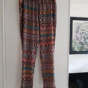 Super fine, lidt flippede, tynde sommerbukser. I let silke/organza agtigt stof. Loosefit, perfekte til sommer og festival.