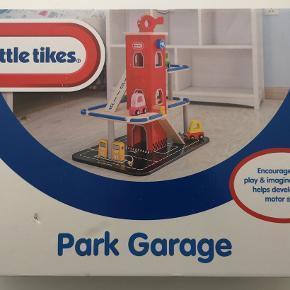 Little tikes park garage *NY* Parkeringshus i træ med 3 etager med elevator og helikopterplads. Let at samle. Inkl. 3 små Cozy Cupe biler, helikopter og benzinstander. Alder: 3+ år Helt nyt i ubrudt emballage Nypris: 499,95 kr. Pris: 400 kr. eller kom med et bud  Porto:  70 kr. som brev med PostNord  45 kr. som pakke med Coolrunner  49 kr. som pakke med G-porto (GLS) 70 kr. som pakke med G-porto (PostNord)