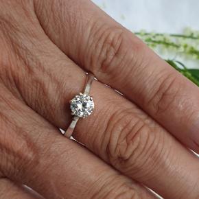 Stilren ring med zirkonia sten i ægte sterling sølv. Stemplet 925. Skinnen er lidt oval (men det ses jo ikke når den er på). Størrelsen er 57. Fast pris.  Se også mine andre annoncer med smykker 🍀
