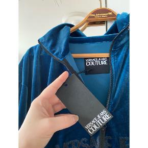 Jeg sælger denne helt nye Versace trøje i velour, den er helt ny med prisskilt. Den er en herre str M, men kan sagtens bruges af pige.  Billederne snyder lidt, den er helt mørkeblå velour i virkeligheden og ikke så lys, som den ser ud som på billederne.  Jeg tænker 400 kr