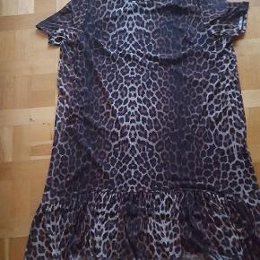 Skøn leopard kjole i a facon med.blondekant  Lige købt herinde ....men al for Stor