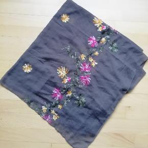 Tørklæde med blomster Mål: 95 cm. x 165 cm.