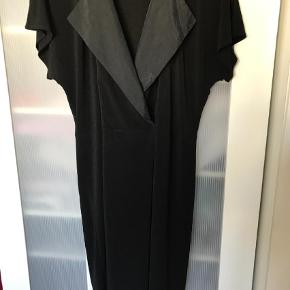 Varetype: Midi Farve: Sort Oprindelig købspris: 1600 kr.  Super flot kjole med silke på kraven og bindebånd i taljen. Brugt to gange. Nypris 1600