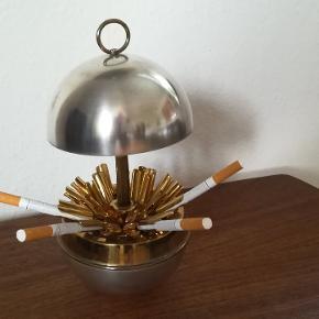 Gammel super flot cigaret holder fra 1950 /60er. Trænger til en pudsning. Højde Ca. 23 cm. Lukket Ca. 14 cm. Diameter Ca. 11 cm. Prisen er fast. Kan afhentes i Århus N. /Trøjborg