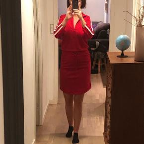 Tramontana kjole str. S i rød Stadig prismærke på. Kostede 700 kr Bytter ikke