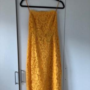 Gul kjole fra ASOS med lace, og flot åben ryg.  Kun brugt en enkelt gang.  Str 12 UK / EU 40