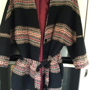 Denne skønne cardigan/jakke fra Miss Miss brugt to gange er så flot på.. Lækre farver og lukkes med knapper og bindebånd.. er både skøn uden og med bindebånd foret med silke..  32% Bomuld og 31% Fibre.. 27% Polyester 3% Uld.. Bytter ikke!
