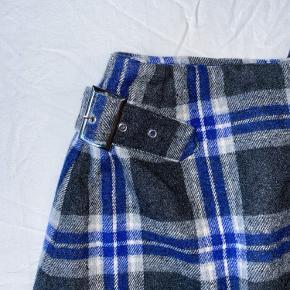 Ternet nederdel i str. XS/ 34 sælges, da jeg ikke den brugt. Taljen måler 68 cm og længden er 42 cm. Har også en jakke i samme tern og farver til salg i str. S  Tags: Str. S Str. XS House of Sunny Blå Grå Ternet Nederdel