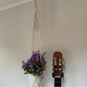 Håndknyttet råhvid planteophæng lavet af en genbrugstræring og ny bomuldssnor.  Længde ca 100 cm. Sælges uden potte og blomst.