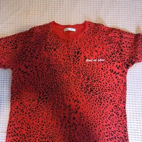 Rød leopard t-shirt. Køber betaler fragt. #SundaySellout