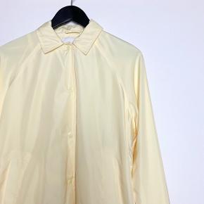 100% polyester og foret med 100% bomuld.