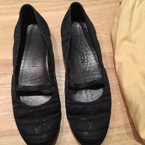 Standen som vist. Sorte Lv ballerina sko  i satin med lv logo. Str 38 - passer til en 38.5. Måler ca 25 cm indeni.  Har kun brugt dem en gang selv, da de er for store til mig. Har lånt dem til min veninde, som har brugt dem.  Prisen er fast og er via ts. Buddet under frabedes.  Ingen kvittering.  De er opbevaret i en LV skodustbag, der medfølger ved evt salg.  Sender kun.  Ingen bytte.