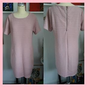 NY kjole/Mrkt: Free Quent/Str: XL(måske mere en L)/Farve: Gammel rosa/Materiale: polyester, viscose, elastane/2 snyde lommer fortil (pris sidder stadig i 299,95)/Pris: 200,- (incl porto)