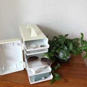 Super fin retro hvid madkasse i plast ❤️❤️❤️ Rigtig fin stand og perfekt til smykkeskrin eller til det højtbelagte på skovturen 😉👍 H19 B14 D31 cm. Pris 250,- kr.