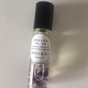 Brugt få gange. En blanding af essentielle olier med krystallen amethyst i. Roller nr. 05 fra Moirai. Crystal aroma to calm/sleep/ground. Nypris 145 kr.
