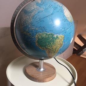 Globus med lys i. Ældre sag med træfod. Super fin til indretningen