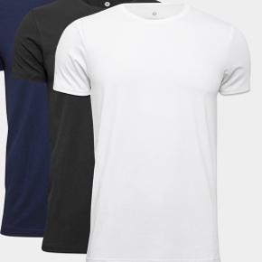 Aldrig gået med, og heller ikke taget ud af pakken :) Der er 3 hvide t-shirts og 3 sorte! Købes både samlet og hvert for sig :)