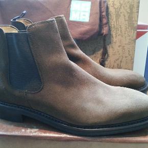 Støvler, Berwick 1707, str. 44, Brun, Ruskind, Næsten som ny  Berwick 1707 Chelsea Boot i brun ruskind str UK 9,5 F.  Brugt en håndfuld gange.  Passer true-to-size - jeg bruger også en 44 i Adidas.  Goodyear-welted og med en solid Dainite-sål.