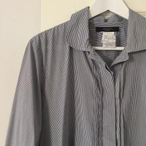Smuk lang skjorte/skjortekjole/tunika fra Max Mara.   Tjek også mine andre annoncer ☀️ Jeg har bl.a. tøj fra Acne Studios, Skall Studio, Comme des Garcons, COS og Mango.