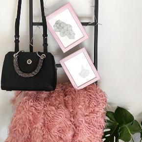 Sælger min Tommy Hilfiger taske med satchel, da jeg simpelthen ikke får den brugt.  Den er brugt 2 gange, så fremstår som ny :D  Der er i hver side af tasken en lomme, hvor man kan gemme de hvide-prikkede håndtag, hvis man ikke ønsker håndtagene synlig  *Kan bruges som både håndtaske og crossbody* Byd