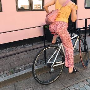 Lyserøde bukser og gul top sælges. Prisen er for det samlet, kan også sælges seperat. Skriv for flere billeder :-)