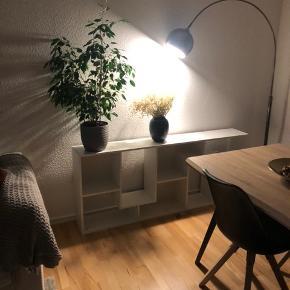 Så flot moderne chrom/grå gulvlampe. Kan justeres i højden. Kan ses og afhentes i Vejle.