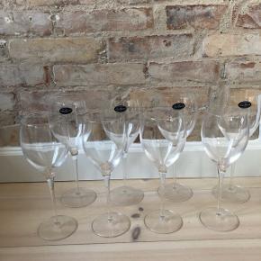Accademia Luigi bormioli - 4 stk rødvin, 4 stk hvidvin - jeg kender ikke til cl mængden. Super god stand og ingen skår.