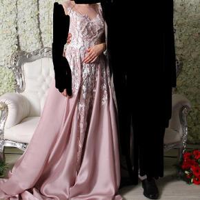 Fantastisk flot kjole i str.36, den er syet lidt ind men det er lavet så det kan lægges ud igen.Jeg er 158cm høj og havde 11cm hæl. Inderskørtet er syet op men ikke yderskørt. Brugt 1 gang til forlovelse. Kom med et bud  Forlovelse/ fest kjole Farve: Lys Rosa Oprindelig købspris: 5000 kr.
