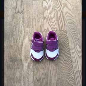 Fine sneakers i str. 19