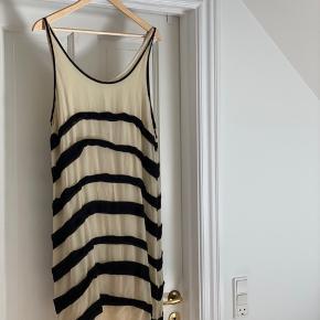 Smuk mellemlang kjole til både fest og lange sommeraftener. Den er lidt lille i størrelsen.