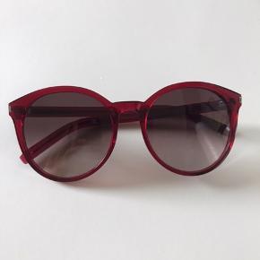 Brillerne er købt i forbindelse med læsebriller (2 for 1 pris) men da de er uden styrke har de aldrig været brugt. Bon og etui medfølger. Nypris 2199.