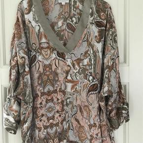 Varetype: Bluse Farve: Som foto Oprindelig købspris: 1499 kr.  Smuk bluse/tunika fra Kudibal i et smukt print i blide farver. Blusen har dyb v-hals og 3/4 ærmer.  92% mulberry silke, 8% elastan.  BYTTER IKKE OG SVARER IKKE PÅ HENVENDELSER HEROM!!!