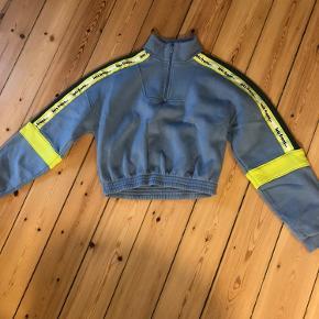 Cropped sweatshirt fra Iets Frans... (købt i Urban Outfitters Amsterdam). Mega blød og behagelig. Str small men passer både xs og medium da den er oversized i fittet.