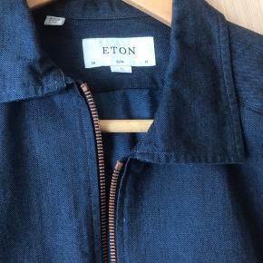 Elegant denim skjorte i indigo, med kobber detaljer, kraftig overshirt. Smal pasform, men man kan bære en skjorte/tee iden under.  I flot stand, unden fejl. Nypris: 1500 kr.