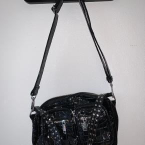 Rigtig fin og rummelig sort læder-look Noella taske. Det er en kollektionsprøve - derfor er der kun lavet meget få antal i denne model. Den har aldrig været i brug og fremstå en smule stiv i læderet, fordi den er helt ny.