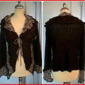 Fin trøje i strik med blonder og bindebånd, aldrig brugt/Mrkt: B-High/Str: (2) M-L/Farve: Brunlige og beige