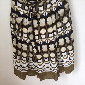 Nederdel fra hm i mønster grøn mørkeblå hvid beige med bindebånd i taljen - lynlås bagpå😀