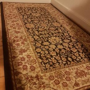 Lækkert Wilton tæppe med floralt motiv. Måler 76x146 cm