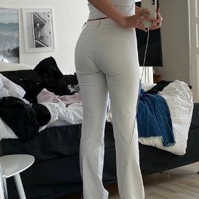 Nogle rigtig fine neo noir bukser i hvid.  Bukserne er i en s og er ikke brugt meget. Ny pris: 500 kr Mp: 150