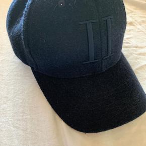 Les deux cap i god stand. Mørkeblå i uld