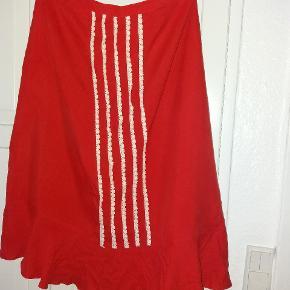 Silkenederdel med blonder i skøn rød farve.