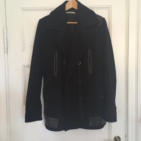 Virkelig lækker herre-'jakke' fra Tiger of Sweden jeans. Jakken har de pæneste læderdetaljer.  Jakken er MEGET klædelig!  Jakken passer en str. 48 eller 50 i habitjakke.   Nypris: 2899 kr  Overflade: 80% uld og 20% nylon.  Inderside: 100% polyester.