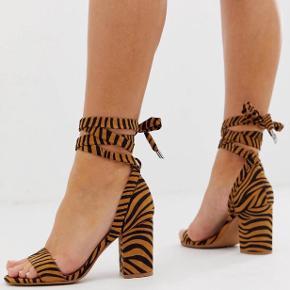 Ny sandal med hæl. Sælges da de aldrig er blevet brugt, men intet galt med dem.  Passtørrelsen er lidt stor i den, så passer nok bedst til en str. 40😊