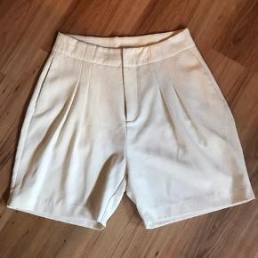 Lækre højtaljede shorts med lommer.  Stof: 95%polyester 5%Spandex