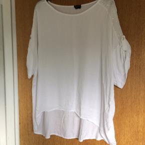 Sød hvid bluse. bm 72 x 2 og læ foran 62 cm og længere bagpå.