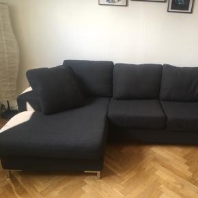 Sofa sælges, da vi ikke længere har plads til den.  Sofa fra Ulab i uld. Sofaen er i god stand. Betrækket kan tages af og vaskes ved 30 grader. Chaiselong kan sættes på begge sider. Mål: længde 235 cm, dybde chaiselong 50 cm, dybde uden chaiselong 85 cm og siddehøjde 40 cm. Oprindelig pris 8000,-.
